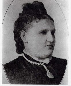 Portrait officiel en noir et blanc d'une femme portant un col de dentelle et un pendentif.