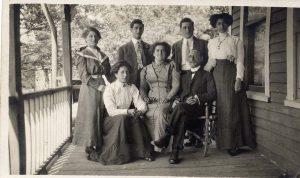 Portrait de famille avec Louis et Elizabeth Green assis dans des fauteuils et entourés de leurs cinq enfants adultes (deux fils et trois filles).
