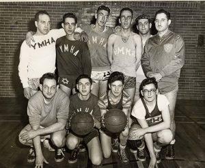 Dix jeunes hommes posant pour une photographie de l'équipe en maillots de la YMHA.