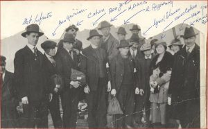 Groupe de 12 hommes et deux femmes (les hommes en complet et chapeau ou casquette, les femmes portant un manteau et un chapeau).