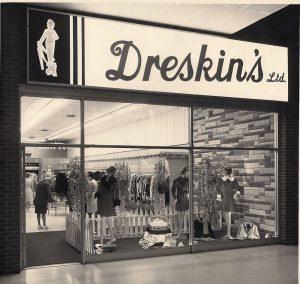 Devanture de Dreskin's Ltd. au centre commercial Lancaster Mall. La vitrine contient trois mannequins et des chandails. Des clientes déambulent à l'intérieur du magasin.