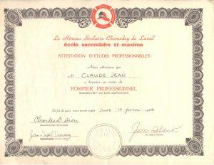 Photographie en couleurs d'une feuille de papier jaunâtre entourée d'une bordure brune attestant la réussite professionnelle du cours de pompier de l'École Saint-Maxime.