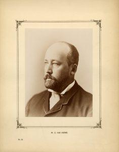 Portrait formel en buste sépia d'un homme regardant vers la gauche.