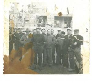 Photo montrant divers membres de l'équipage des environs de Rushoon,  Mike Dicks au milieu. Cette photo a été prise lors de sa première année dans L'Arctique