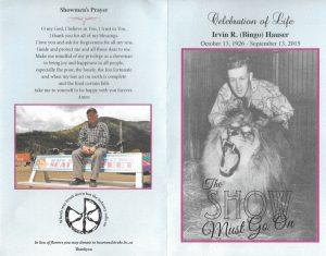 Couverture d'un dépliant en mémoire d'Irvin Hauser, à gauche se trouvent la prière des forains et une photo de Bingo à un âge avancé assis sur le dossier d'un banc, sur lequel il y a une publicité du WCA; à droite, une photo de Bingo lorsqu'il était plus jeune avec son lion Simba