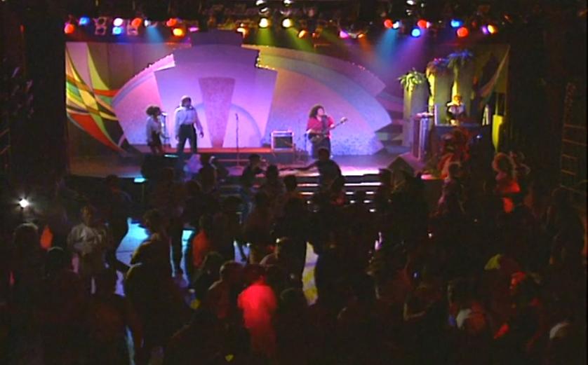 Le Phantasia! La foule danse pour une performance musicale du groupe Two Way (Linda Lujan, Ricky Mann avec les invités spéciaux Joy Greenspoon et Bruce Tilden) au Commodore Ballroom.
