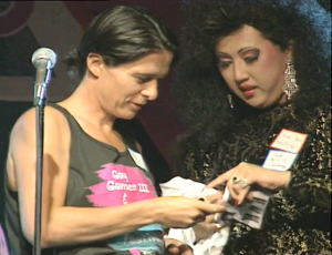 Betty Baxter et Sushi Bar tirant les gagnants du tirage au Pep Rally, Commodore Ballroom.