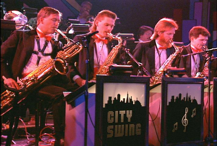 Quatre musiciens de la section des cuivres du groupe de big band de 18 musiciens, City Swing Band, à Swing '90 au Commodore Ballroom, le 6 août 1990.