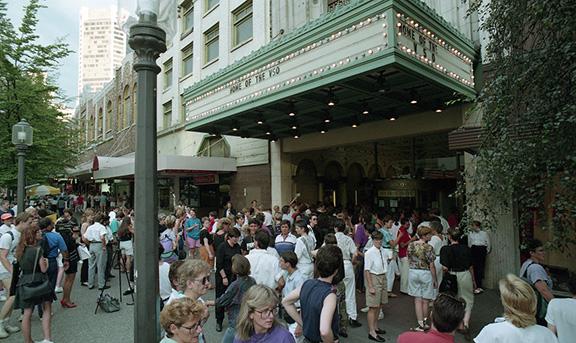 Plan extérieur de l'Orpheum Theatre du Granville Mall de Vancouver et du Gayla! public sur une soirée d'été ensoleillée.