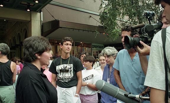 Interview de presse devant l'Orpheum Theatre le 10 août 1990 lors de Gayla!