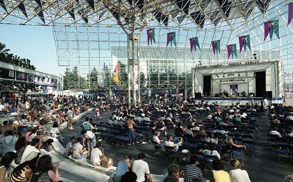 Une vue grand angle de la foule et de la Plaza de Nations en plein air, y compris la Stage Plaza.