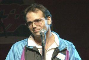 Le producteur des cérémonies, Max Reimer, s'adresse aux bénévoles du Celebration '90 Pep Rally.