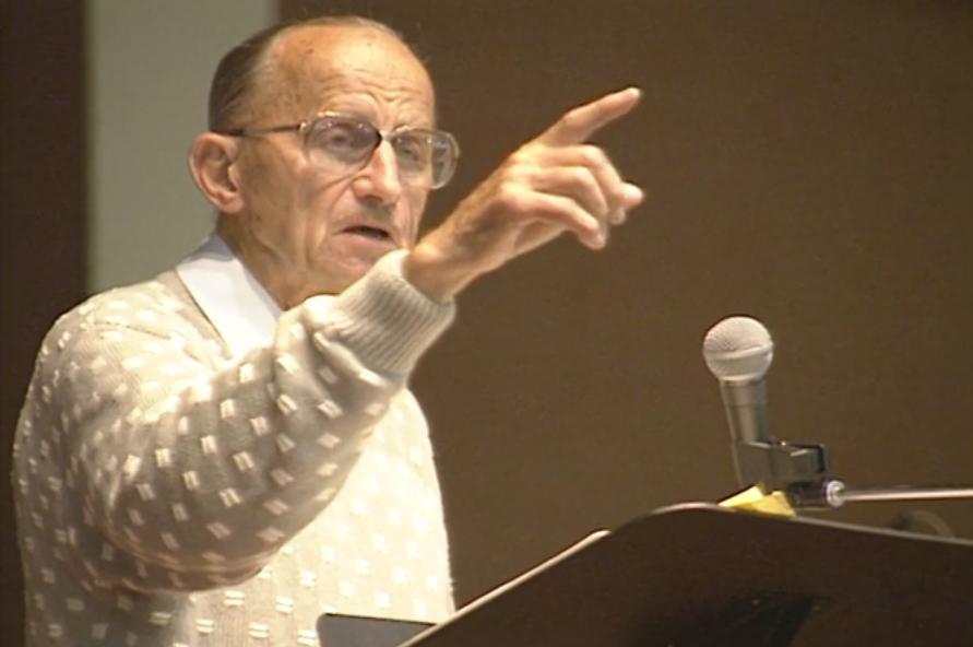 Le pasteur Robert Birch prêchant un sermon à la Burnaby Christian Fellowship Church.