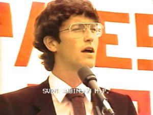 Le député, Svend Robinson, s'adresse à la foule lors du défilé de la fierté gay / lesbienne de Vancouver en 1983 à l'appui des Jeux gais pour la ville.