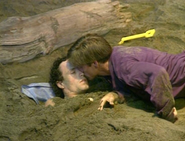 Les acteurs Weston McMillan et Steven Hilton partagent un baiser sur la plage dans Warm Wind en Chine, par le dramaturge canadien Kent Stetson.