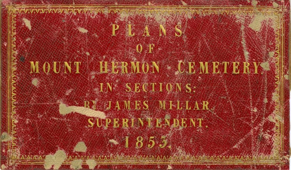 Photo couleur d'une page de couverture rouge et or des plans du cimetière Mount Hermon par James Miller. La couverture est vieille et en lambeaux, et les mots sont écrits en lettres dorées.