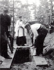 photo en noir et blanc d'un enterrement