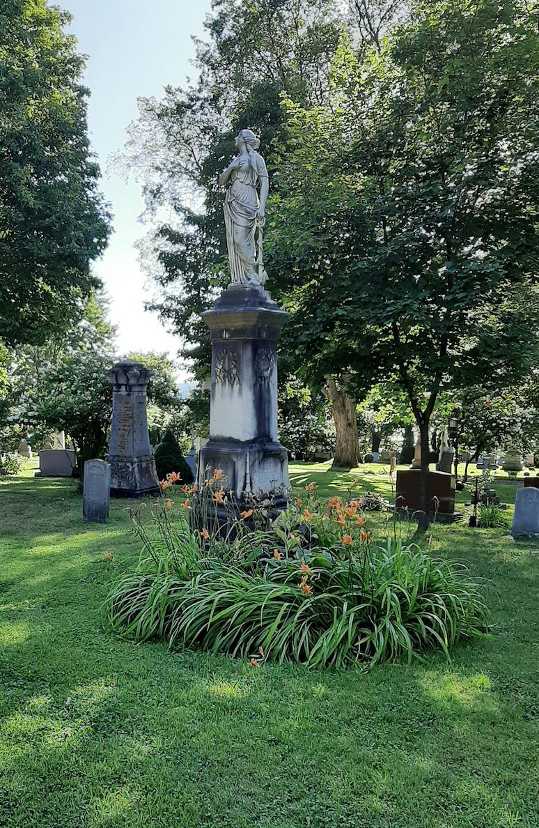 monument statue en marbre extradée par les arbres à l'ombre
