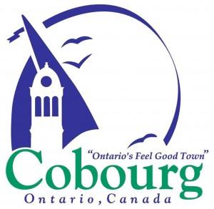 Le mot « Cobourg » apparaît au bas en grosses lettres vertes avec les mots « Ontario, Canada » écrits en bleu juste en dessous. Une voile bleue stylisée sur un fond blanc crée un contraste avec la coupole. La voile et trois oiseaux, également stylisés et bleus, sont entourés d'un ruban bleu en forme de demi-cercle.