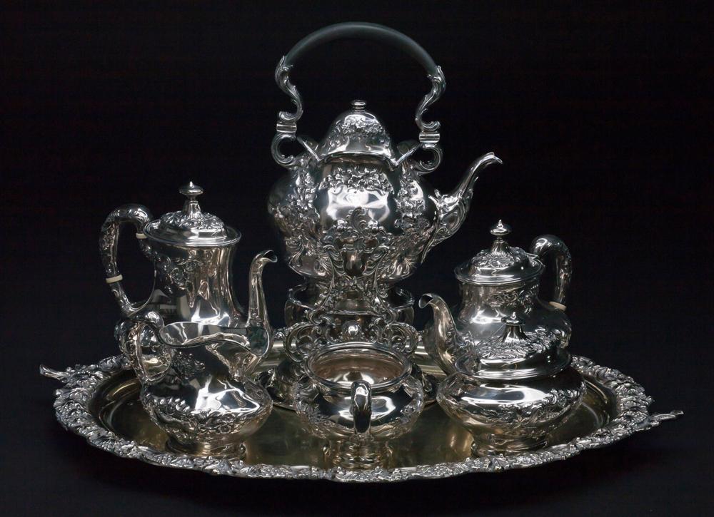 Photo d'un service à thé de la famille Lougheed avec la lettre « L » gravée sur les composantes
