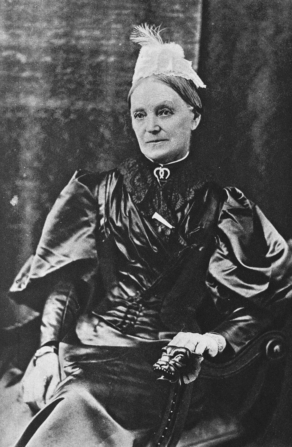 Photo de Lady Strathcona (Isabella Sophia Hardisty) assise sur un fauteuil, en robe de satin