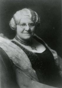 Portrait en noir et blanc de Mme Archibald Huestis habillée de façon élégante et regardant vers l'appareil photo.