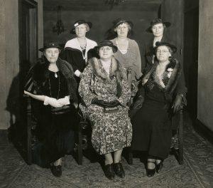 Portrait formel noir et blanc de six employées de l'hôpital. Trois femmes sont assises sur des chaises, alors que les trois autres posent debout derrière elles.