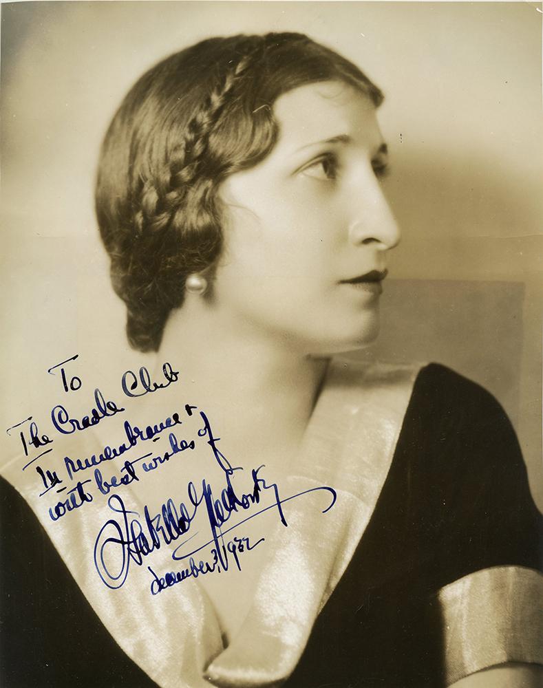 Portrait en noir et blanc d'Isabelle Yalkovsky de profil portant une robe foncée avec collier clair et des perles aux oreilles.