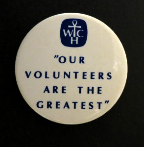 Épingle blanche et logo du Women's College Hospital avec texte en noir disant: Our Volunteers are the Greatest (Nos bénévoles sont les meilleures.)