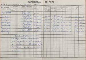 Bordereau de paie du capitaine J.A.Z. Desgagnés et de ses six membres d'équipage. Le document est un cahier ouvert sur une page double quadrillée. Les informations de chaque membre d'équipage sont écrites sur une ligne, à la main, d'une écriture bleue. Dans le bas de la page de gauche est inscrite une note sur les timbres d'assurance chômage.