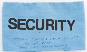 Insigne bleu portant la mention « Security » en caractères d'impression, avec notes manuscrites en encre bleue au sujet de l'événement caritatif Arnold Palmer