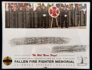 Estampage du nom d'un pompier sur le mur commémoratif de l'IAFF, « David Allan AB-255 » et photo du mur commémoratif au-dessus