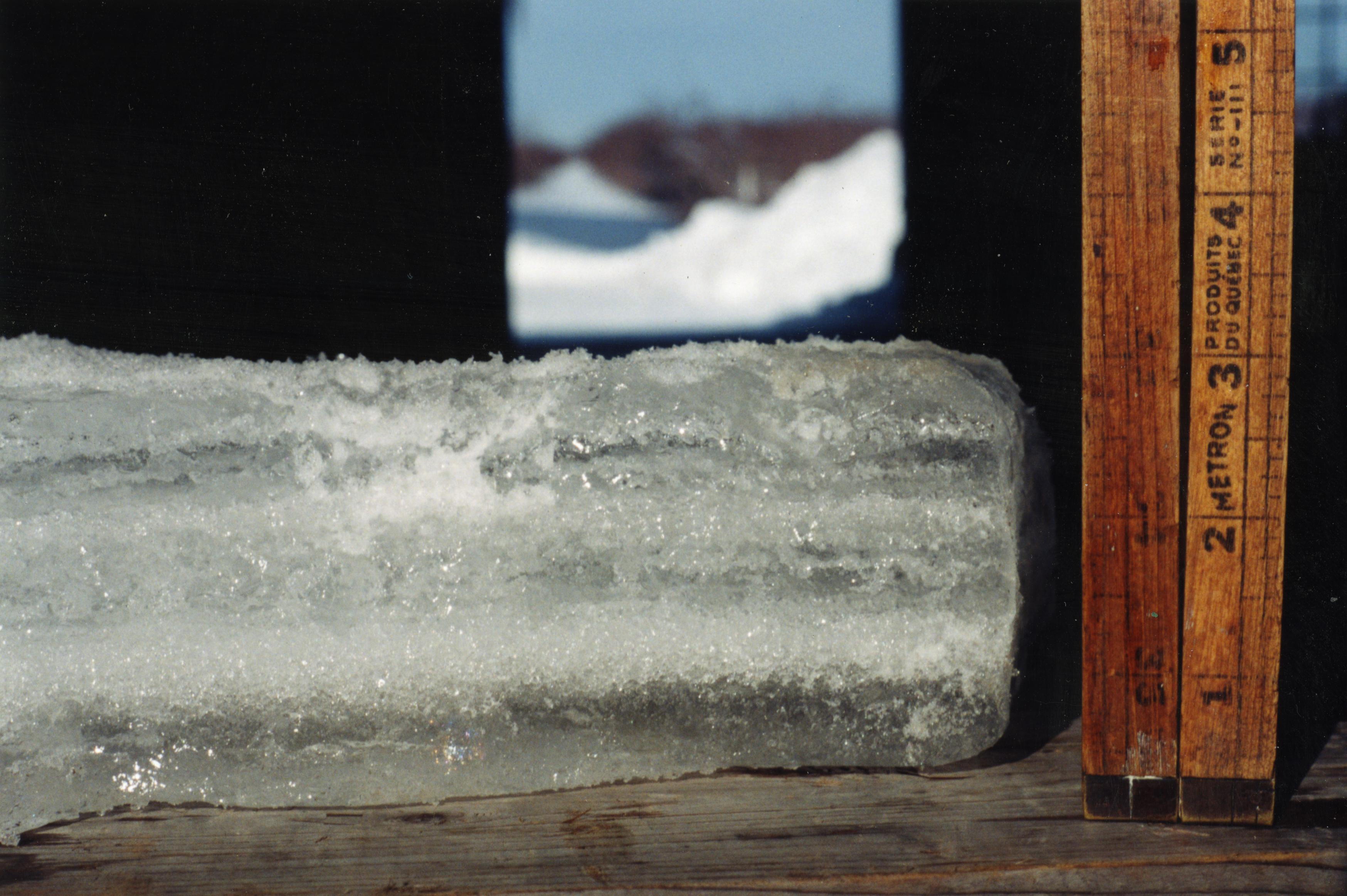 Ce citoyen mesure l'accumulation de glace.  Il était rendu à 3 po.
