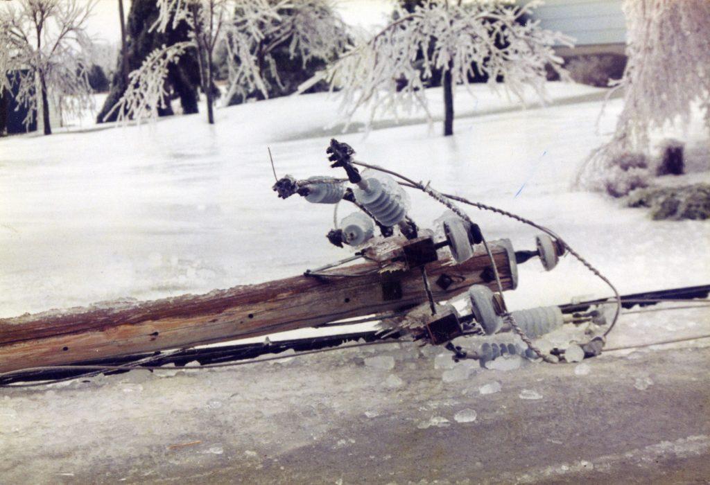 La glace s'est fracassé lorsque ce poteau est tombé au sol.