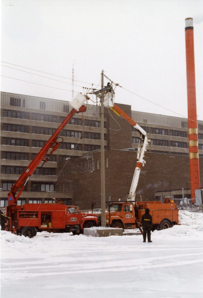 Electricians work to restore the hospital of Haut-Richelieu's power.