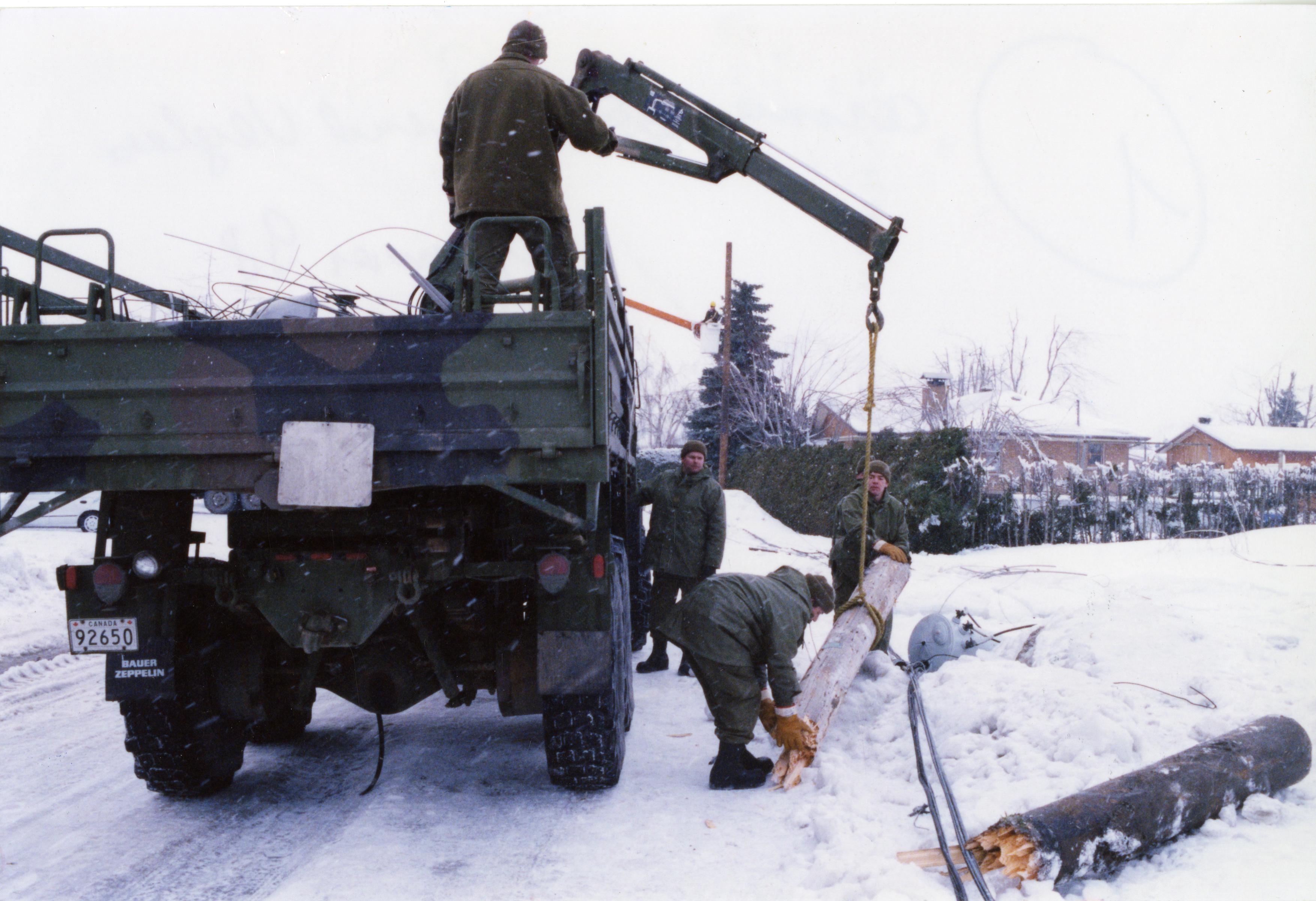 Les militaires ont l'équipement nécessaire pour dégager les rues des poteaux tombés.