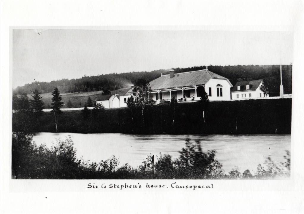Épreuve argentique du camp de pêche de Sir George Stephen et de la rivière Matapédia a Causapscal.