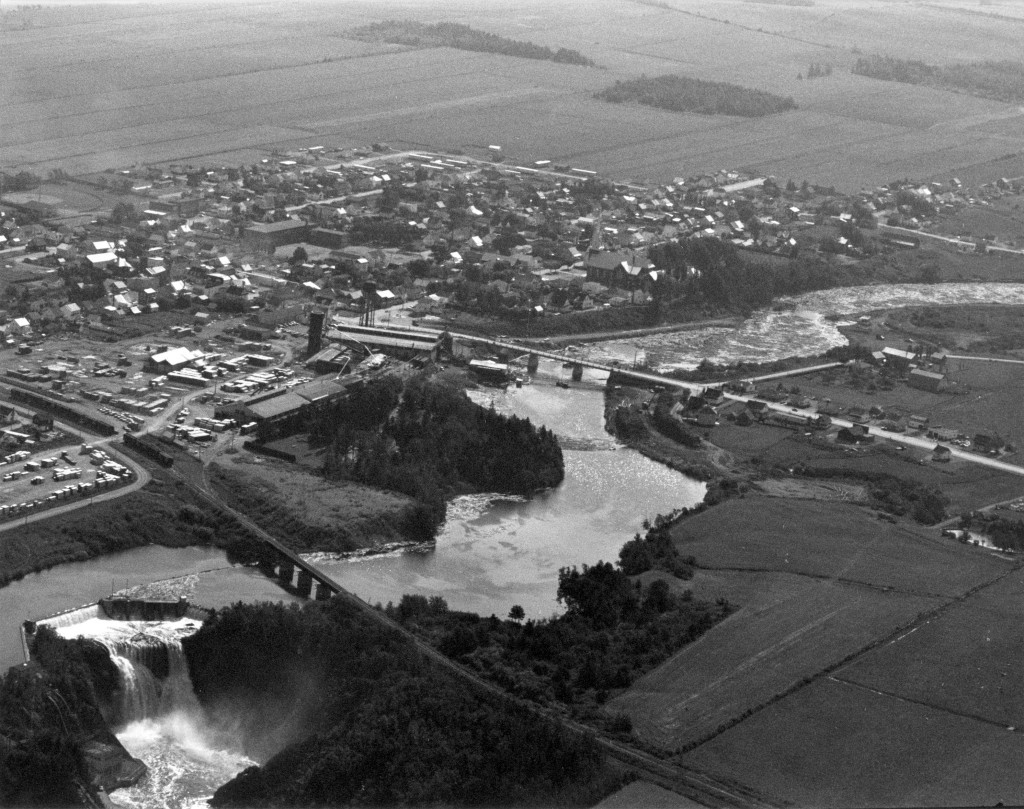 This aerial photo shows the village of Price at the apex of its prosperity. The Price Brothers mills occupy a large terrain next to the river and on either side of the Canada and Gulf Terminal Railway.
