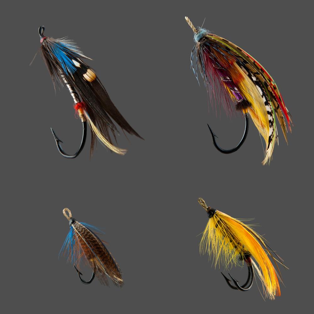 Quatre variétés de mouches à pêche de différentes formes et de couleurs: Coin supérieur gauche, Black Hawk, coin supérieur droit Durham Ranger, Coin inférieur gauche Dusty Mille et coin inférieur droit Causapscal.