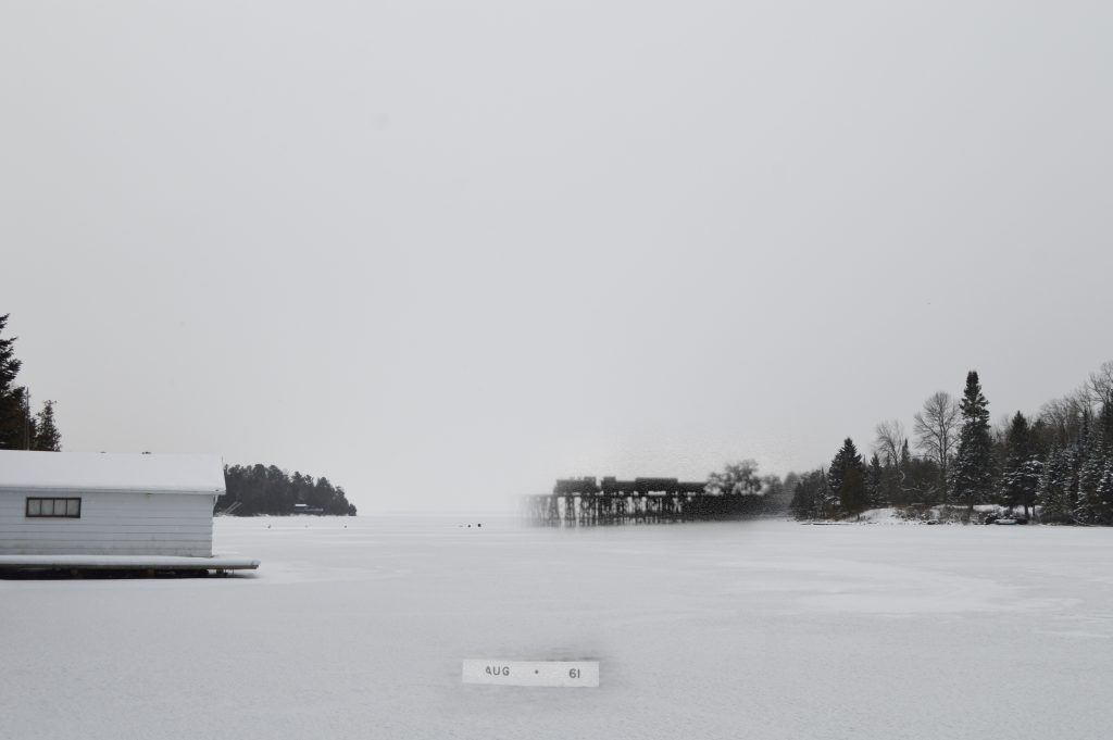Une photo noir et blanc d'un train traversant un pont superposée à une photo moderne d'une baie.