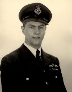 Photographie en noir et blanc d'un homme posant en tenue militaire.