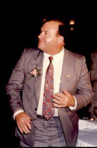 Photographie en couleurs où l'on voit un homme en tenue de soirée.