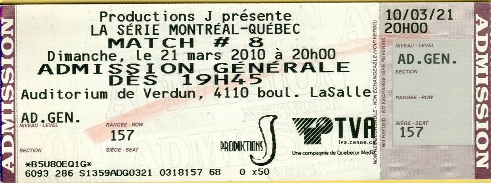Photographie en couleurs montrant un billet d'entrée pour un événement, sur lequel sont inscrites plusieurs informations telles que : lieu, date et heure.