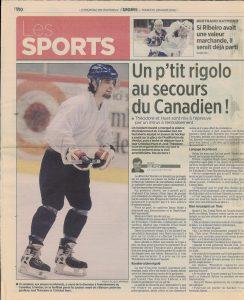 Photographie en couleurs d'un article de journal intitulé « Un p'tit rigolo au secours du Canadien! » À côté de l'article se trouve la photographie d'un homme en train de patiner. Il porte un pantalon noir, un chandail blanc, un casque bleu, des gants et un bâton de hockey.