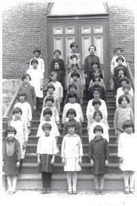 36 schoolchildren posing