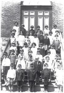 38 schoolchildren posing