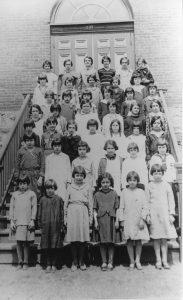 42 schoolchildren posing