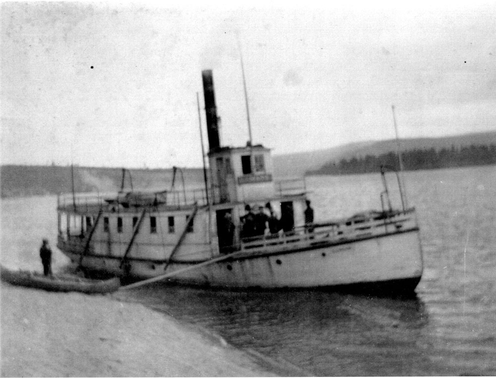 Black and white photo, steamboat on the Saint-Maurice River