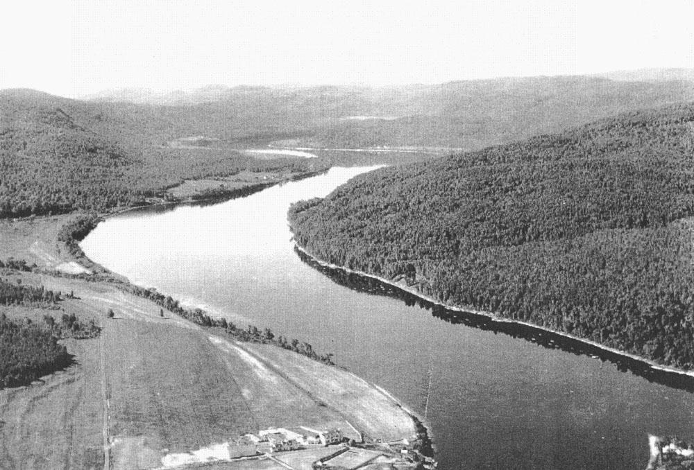 Photo en noir et blanc, rivière dans la vallée de la Saint-Maurice