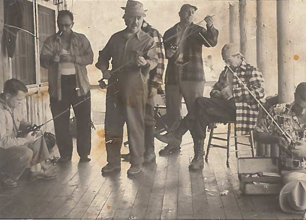 Photo sepia, un groupe de pêcheurs sur une galerie s'organisant pour une partie de pêche.